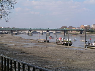 truss bridge that crosses the River Thames in London