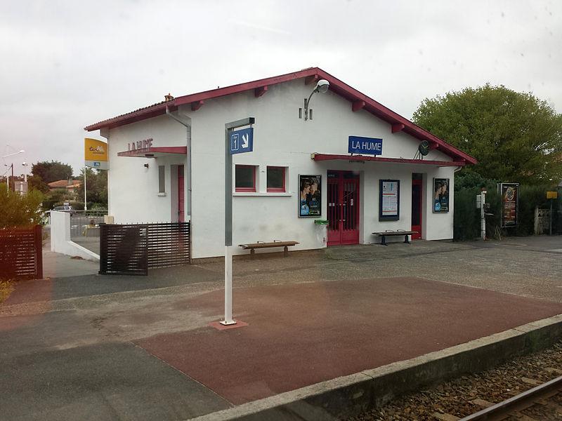 Gare de La Hume bâtiment voyageur coté voies vu depuis la voie2