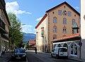 Garmisch-Partenkirchen, Reintalstraße und Teilansicht des Rathauses.JPG