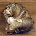 Giappone, periodo edo, netsuke (fermaglio per inroo), xix secolo, 229 scimmia con pesca.jpg