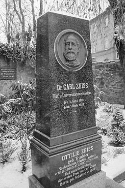 Zeiss' grave Grave of Carl Zeiss in Jena, Germany (7039027209).jpg