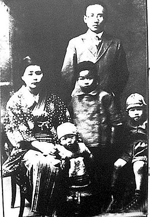 Guo Moruo - Guo Muoruo and Sato Tomiko with their children