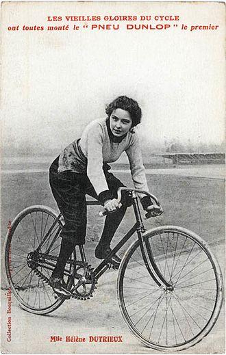 Hélène Dutrieu - Hélène Dutrieux, probably in 1896. Bicycle equipped with Simpson Lever Chain.