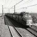HUA-168969-Gezicht op de spoorlijn nabij Lisse, met zig-zag dwarsliggers en een paserend electrisch treinstel mat. 1954 (plan F) van de N.S.jpg