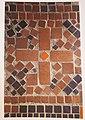 Hakenkreuz im Mosaikfußboden des Eddasaals.jpg