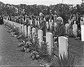 Herdenking Oosterbeek kinderen leggen bloemen, Bestanddeelnr 905-9623.jpg