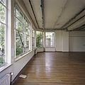 Interieur, overzicht van een ruimte aan de achterzijde op de eerste verdieping, met stalen ramen - Tilburg - 20388668 - RCE.jpg