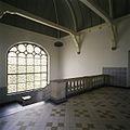 Interieur, overzicht van het trappenhuis aan de smalle zijde van de hoofdentree, met een zandstenen balustrade, tegelvloer en zicht op het houten tongewelf - 's-Gravenhage - 20387466 - RCE.jpg