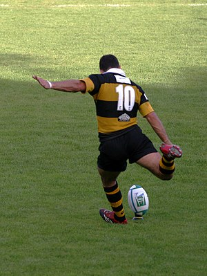 Penalty (rugby) - Image: Jeremy Staunton kicks a penalty 1 Wasps Perpignan