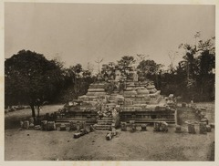 KITLV 40064 - Kassian Céphas - East side of the Nandi Temple of Prambanan near Yogyakarta - 1889-1890.tif