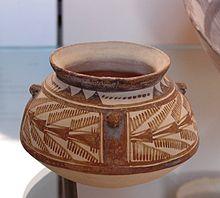 Vase caréné aux échassiers et aux oiseaux aux ailes éployées, Suse I (4200-3800 av. J.-C.), découvert dans la nécropole du Tell de l'Acropole