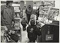 Kinderen kijken naar de muzikale aapjes in de Bimbobox op de speelgoed afdeling van Vroom & Dreesmann aan het Verwulft. NL-HlmNHA 54020775.JPG