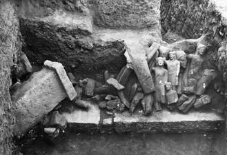 Kition. Kultrummet, statyer in situ. Larnaca - SMVK - C01719.tif