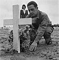 Kranslegging op het soldatenkerkhof Margraten (L.) . Een soldaat plaatst bloemen, Bestanddeelnr 900-4873.jpg