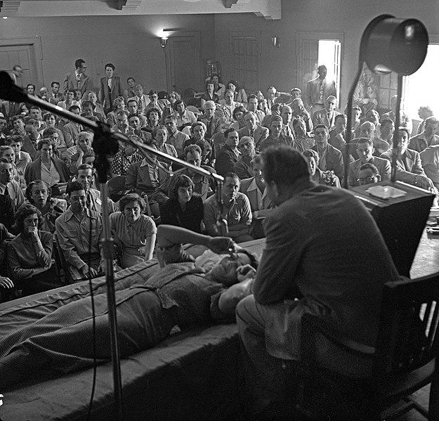 File:L. Ron Hubbard conducting Dianetics seminar in Los Angeles in 1950.jpg