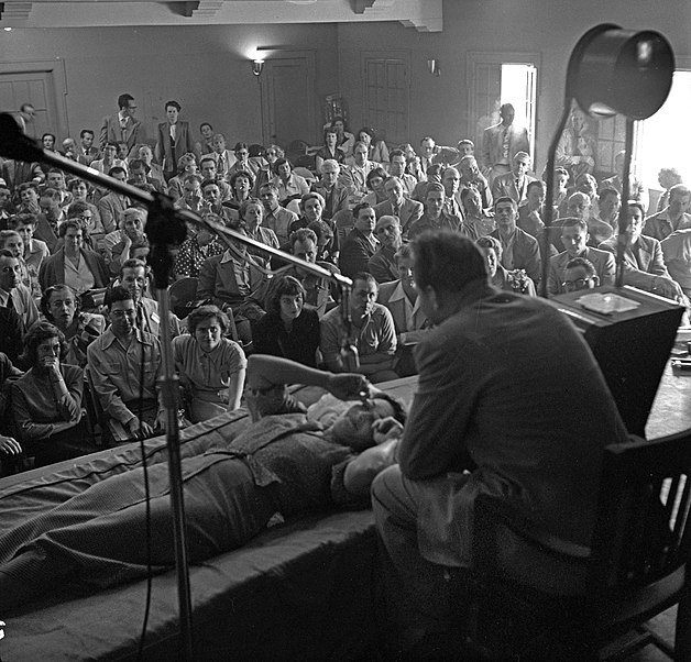 File:L. Ron Hubbard conducting Dianetics seminar in Los Angeles in 1950.jpg