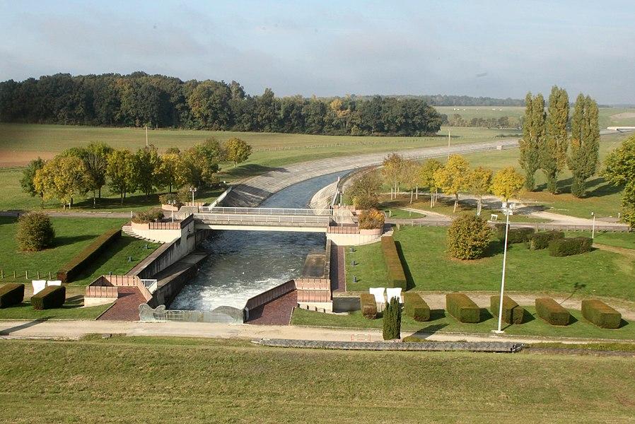 Canal de restitution du lac d'Amance (Aube).