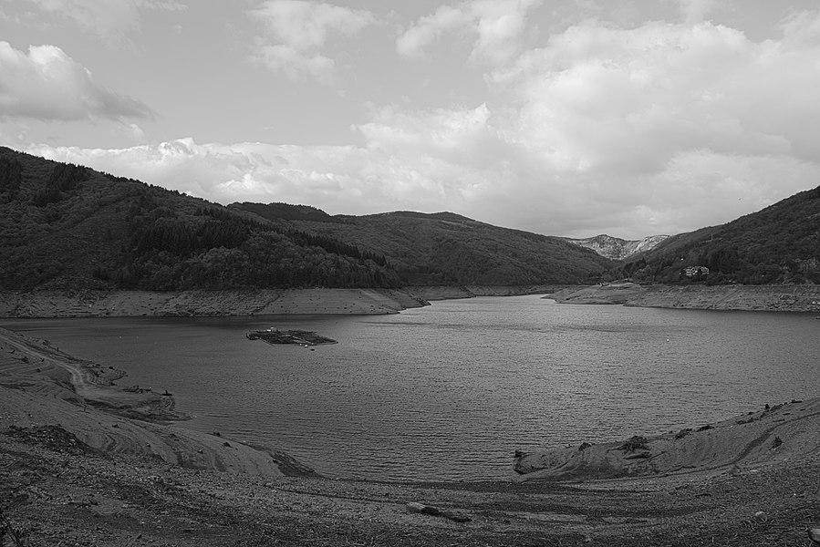 Le lac de Villefort en automne. En ce mois d'octobre 2017 le niveau est particulièrement bas en raison de la sécheresse.