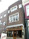 Banketbakkerswinkel met bakkerij en bovenwoning in de stijl van de Amsterdamse school