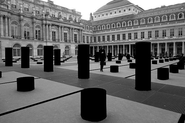 Photo des colonnes de Buren masquées en noir