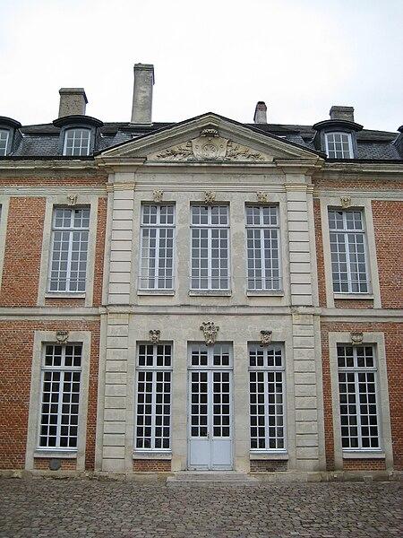 L'ancien hôtel du Haut-Doyenné de Lisieux, construit en 1769 pour le Haut-Doyen du chapitre de la cathédrale de Lisieux, abrite depuis 1985 l'école nationale de musique et de danse de Lisieux. Ici, la façade sur cour