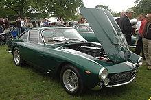 GT présentée de trois quarts, le capot avant relevé pour présenter le moteur.