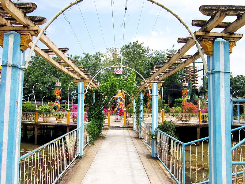 File:Một lối vào nơi hành đạo của Đạo Dừa.jpg
