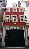 foto van Huis met voorgevel in de trant der zgn. Maaslandse renaissance, met hoekblokken en banden van mergel.