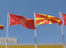 Photographie montrant l'ancien drapeau et le nouveau disposés ensemble au centre sportif Boris Trajkovski