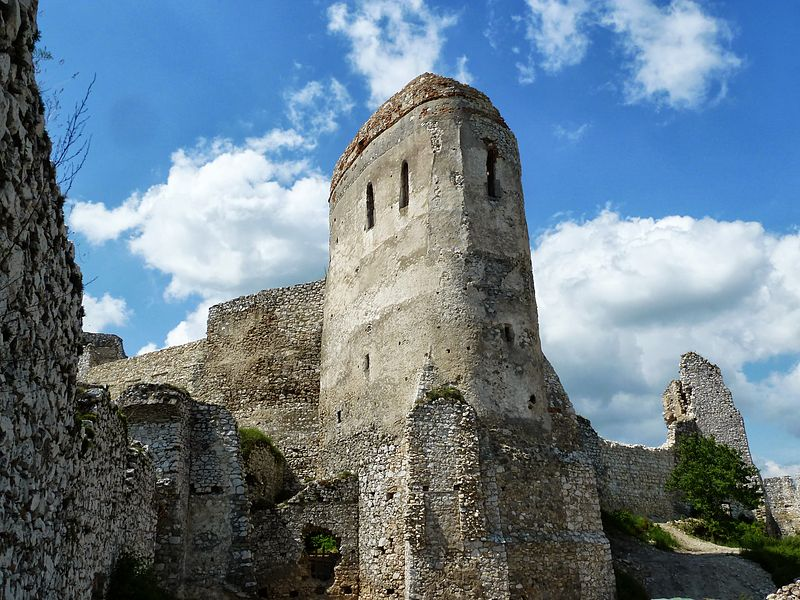 File:Main tower at Cachtice Castle, Slovakia.JPG