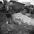 Man staand tussen de keet en de distilleerketel, Bestanddeelnr 252-9476.jpg