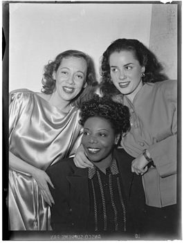 Imogene Coca (links) met Mary Lou Williams (midden) en Ann Hathaway (foto William Gottlieb)