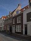 foto van Huis met brede geverfde lijstgevel en zadeldak met zijtrapgevel