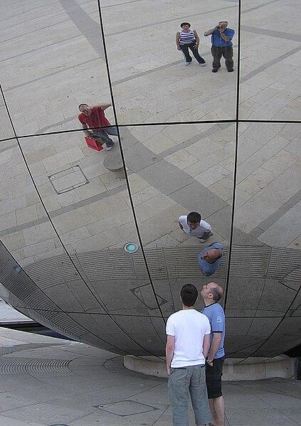 پرونده:Mirror.globe.arp.500pix.jpg