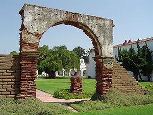 Mission San Luis Rey de Francia - Image: Mission San Luis Rey de Francia courtyard