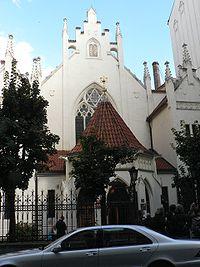 חזית בית הכנסת מייזלובה, ניתן לראות מעל השער מגן דוד וליד הגג את לוחות הברית.