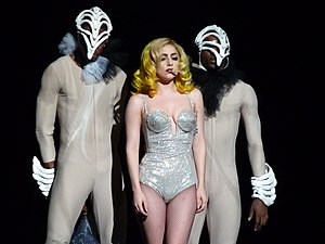 "Lady Gaga interpretando ""Alejandro"" na The Fame Monster Ball."