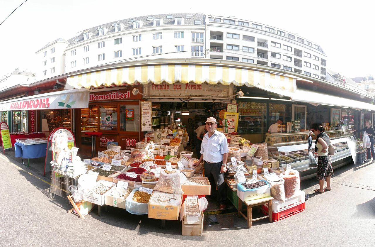 http://upload.wikimedia.org/wikipedia/commons/thumb/6/65/Naschmarkt_typischer_Stand.jpg/1280px-Naschmarkt_typischer_Stand.jpg