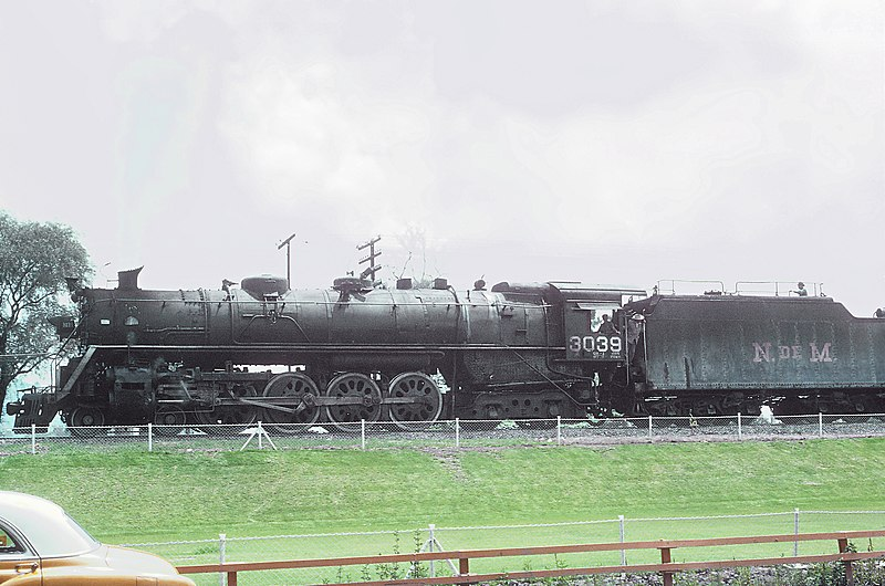 File:NdeM 4-8-4 Niagra 3039 pulling a freigh north out of Valle de Mexico yards, Tlalnepantla, Mexico on September 10, 1966 [34313982245).jpg