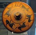 Nikosthenes, coperchio di pisside con cavalieri in corsa e un tripode, 500 ac. ca. 01 da necrop. del crocif. del tufo, orvieto.JPG