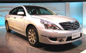 Maqueta 3D de papel del Nissan Teana.