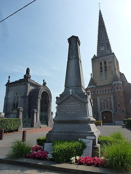 Noordpeene (Nord, Fr) monument aux morts devant l'église et le cimetière