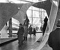 Opening wereldtentoonstelling Expo te Brussel, bezoekers in paviljoen, Bestanddeelnr 909-4901.jpg