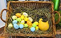 Osterkorb mit gefärbten Eiern.jpg