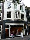 foto van Woonwinkelpand, meermalen verbouwd ouder pand met voorgevel met interieur met stilistische ontlening aan het werk van S. van Ravesteyn