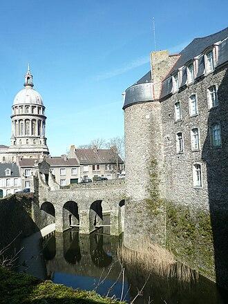 Boulonnais (land area) - Image: P1110063 douves du chateau musee et coupole basilique Boulogne sur Mer