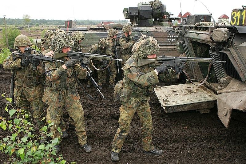 https://upload.wikimedia.org/wikipedia/commons/thumb/6/65/Panzergrenadiere_neben_Marder_1A3.jpg/800px-Panzergrenadiere_neben_Marder_1A3.jpg