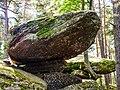 Petite pierre tremblante, vue de dessous.jpg