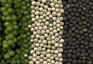 Grüne, weiße und schwarze Pfefferkörner