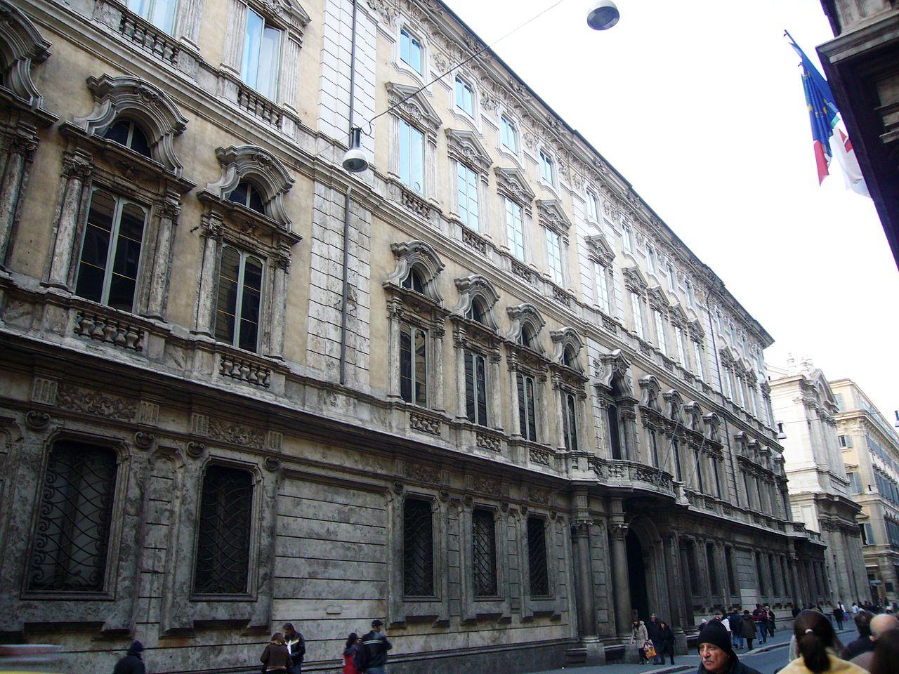 1280px-Pigna_-_via_del_Corso_palazzo_Doria_Pamphili_1000419.JPG